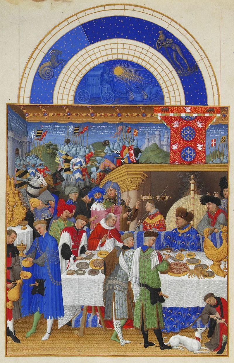 """Fra i commensali vediamo, al centro della scena, un cardinale. Tra i numerosi servitori possiamo riconoscere, a sinistra, vestito di blu, il """"cantiniere"""" e, al centro, vestito di verde, il """"tagliatore di carni"""". A destra, sul tavolo, scorgiamo un prezioso portaspezie in oro a forma di nave. Illustrazione tratta dal Libro delle ore intitolata: """"Janvier, Très Riches Heures du Duc de Berry"""" (1410-1416)"""